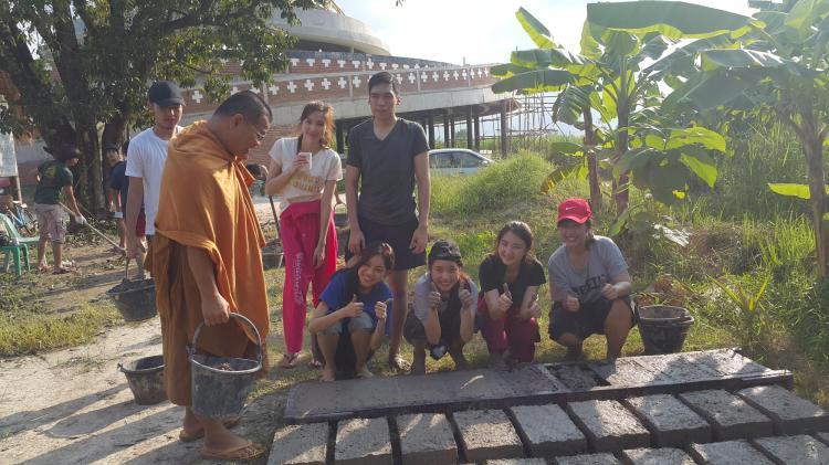 students make adobe mud bricks with Phra Sangkom